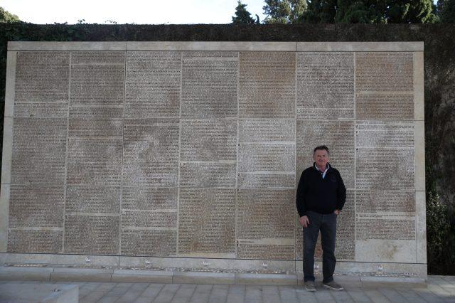 Памятник из природного камня из Иерусалима