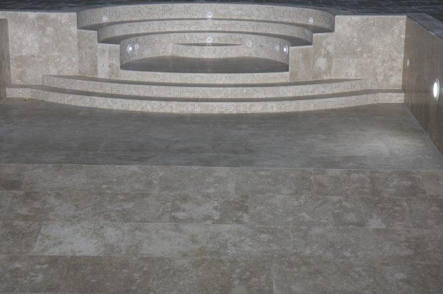 Piscina con scala romana in pietra