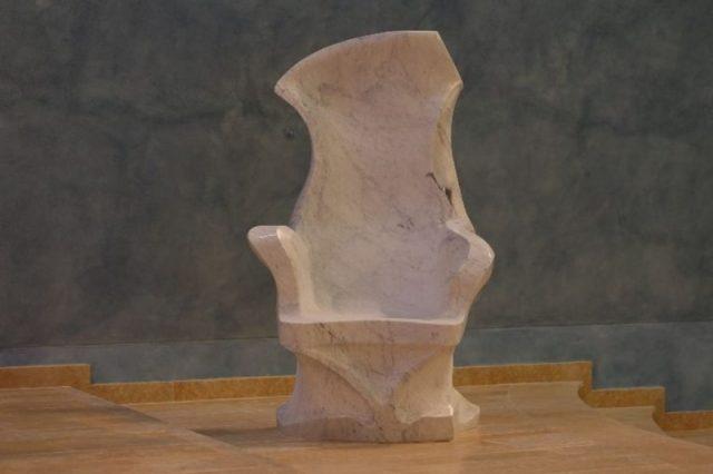 Fotel wykonany z marmuru do cerkwi