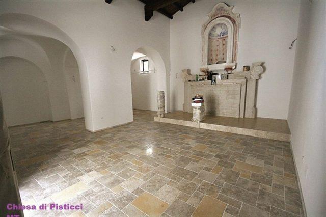 Полы из натурального камня из Иерусалима в исторической церкви в Pistacci-Italia