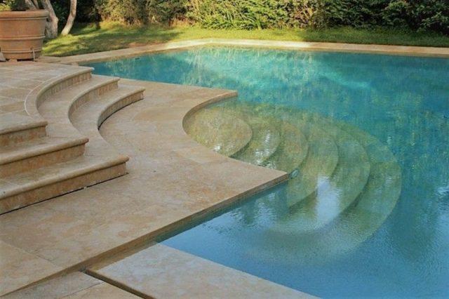 Полукруглые каменные лестницы в бассейн