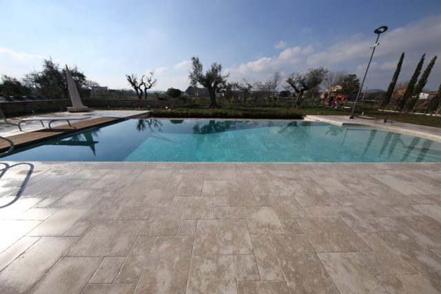 Swimming pool with infinity edge technology